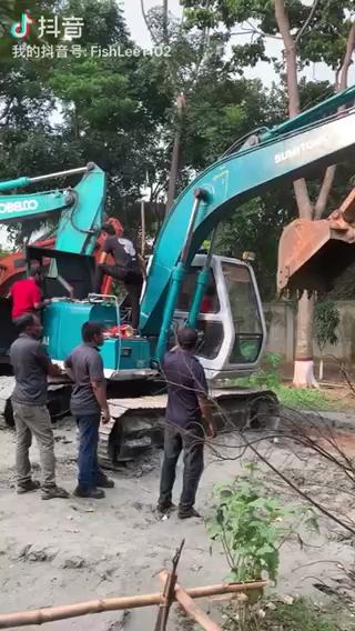出国给老外老板修挖机,电路系统维修.服气服气..