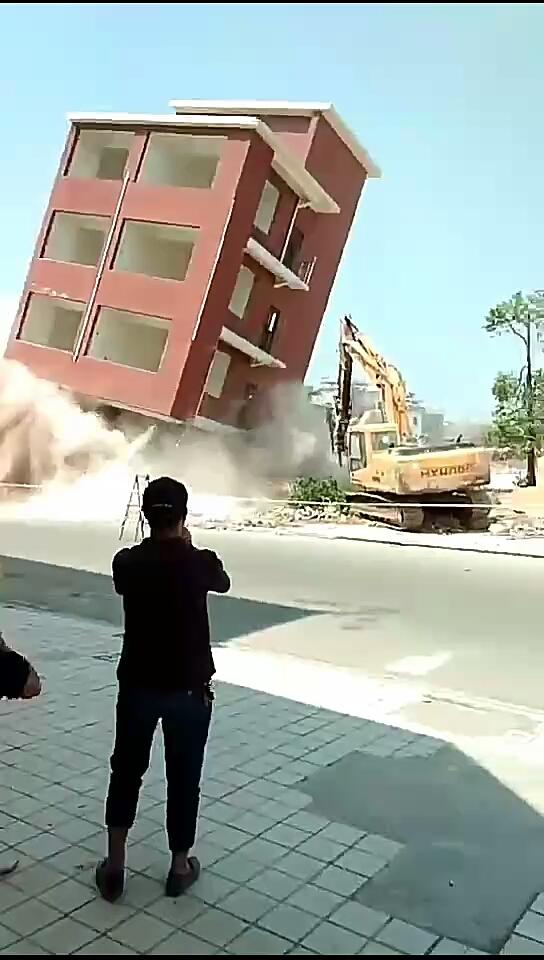 挖机拆楼,预判失误,挖机被埋。