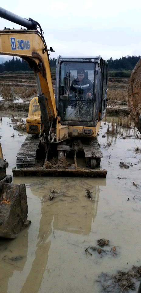 三一小挖机加装低音炮作业。