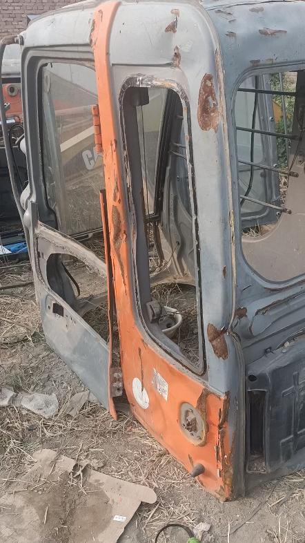 日立200-6驾驶室开始修复,
