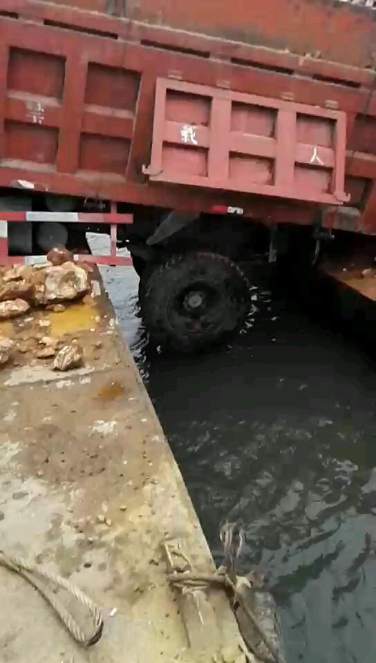 开挖机到船上救援大货车