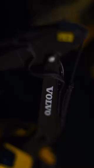 骆某新提一辆沃尔沃220,并自己配置了一套托盘车。-帖子图片