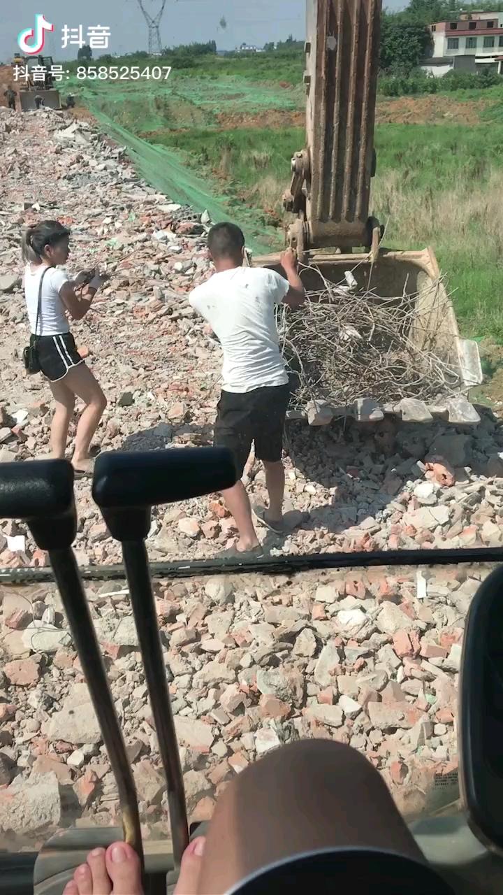 炎炎夏日,他学挖机,他老婆陪他捡铁,好吧我一个人单身,我