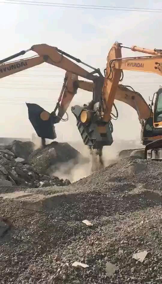 挖掘机破碎斗破碎石头,现场炫酷无比