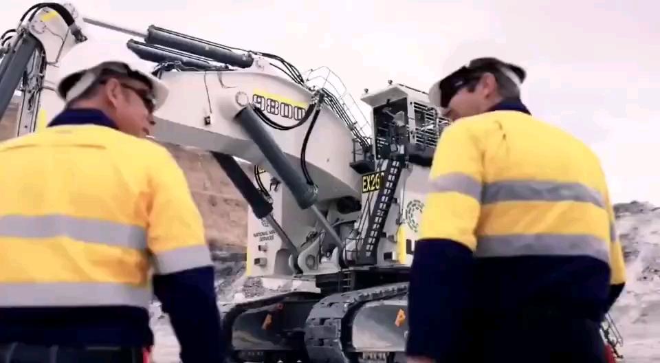 利勃海尔9800型号,800吨巨型挖掘机。