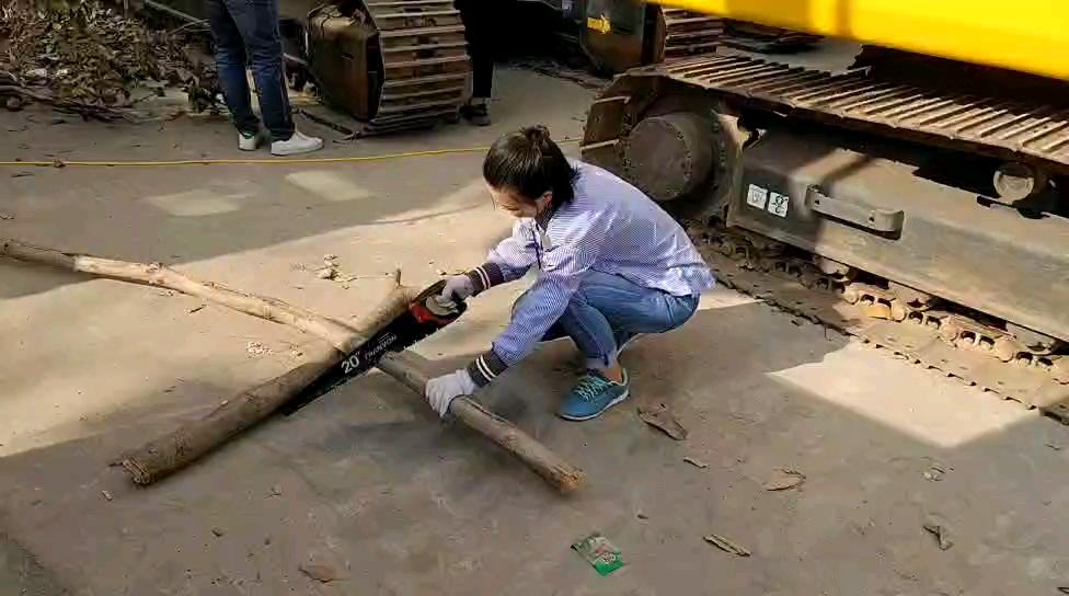 自从从事挖机销售工作,既会开挖机,又会剧木了[奋斗][奋