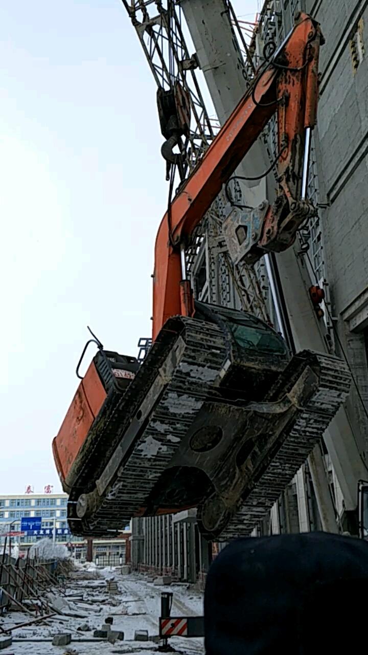 老铁们挖掘吊装,吊那个点