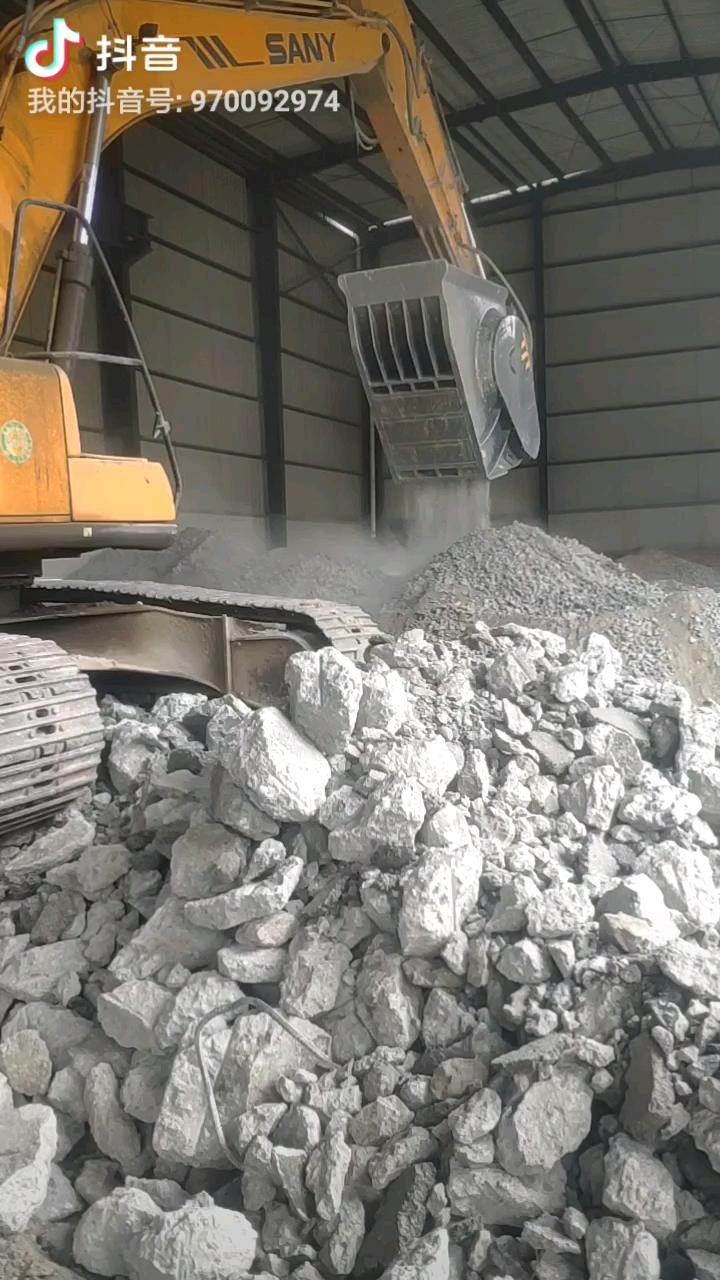 挖机粉碎机常年承接混泥土块块,鹅卵石,粉碎