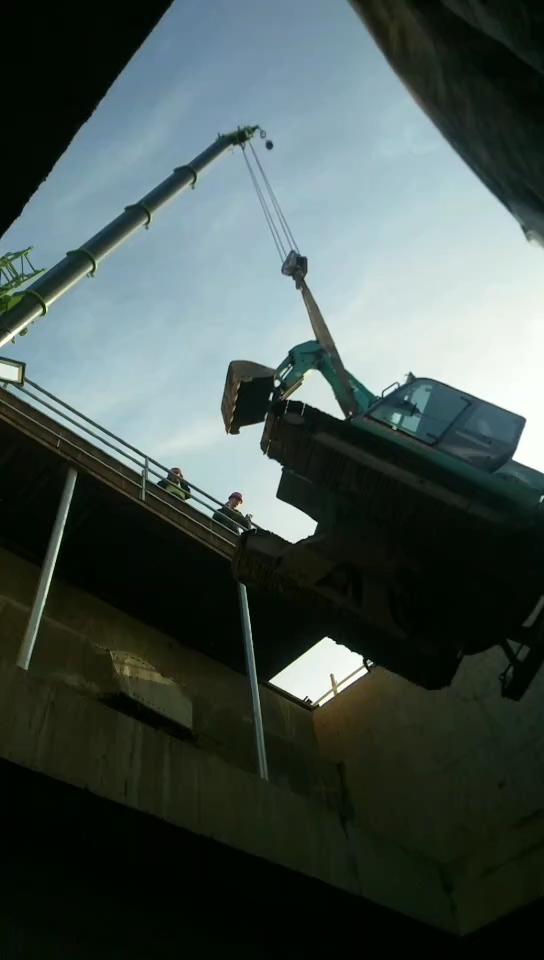 新来神钢60,开到洛阳地铁站施工。