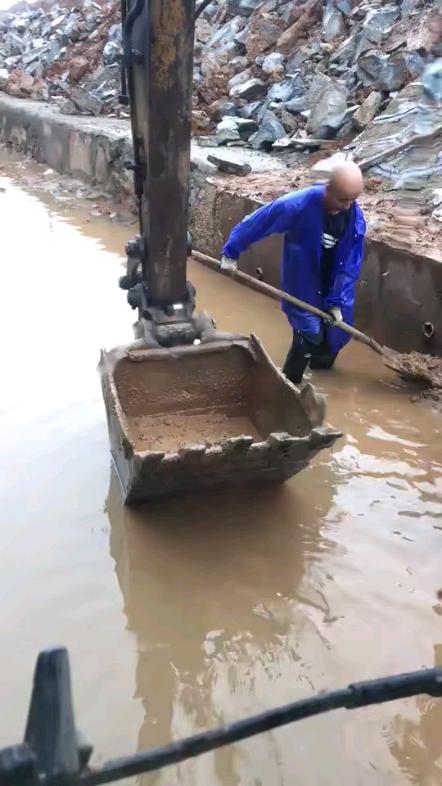 【机械城视频】专业清理河道烂泥
