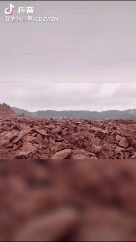 卡特349改中挖智能岩石臂暴烈臂,雨中拍摄。