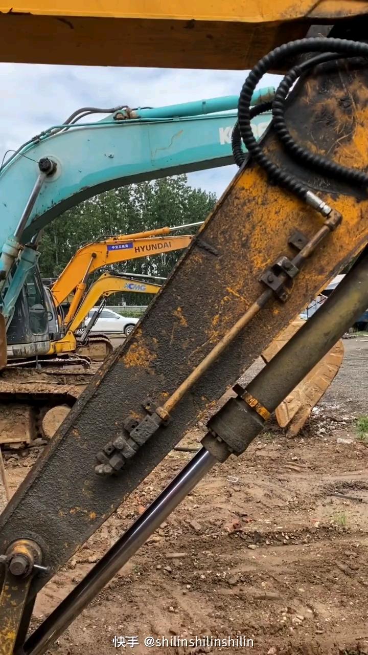 挖掘机出现落缸现象的原因是什么?