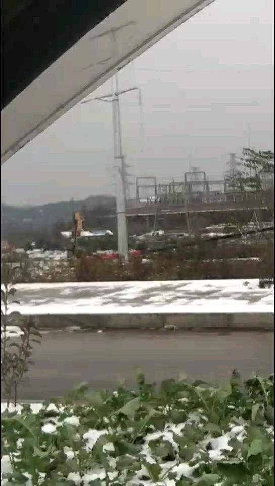 下雪天,干活的人注意