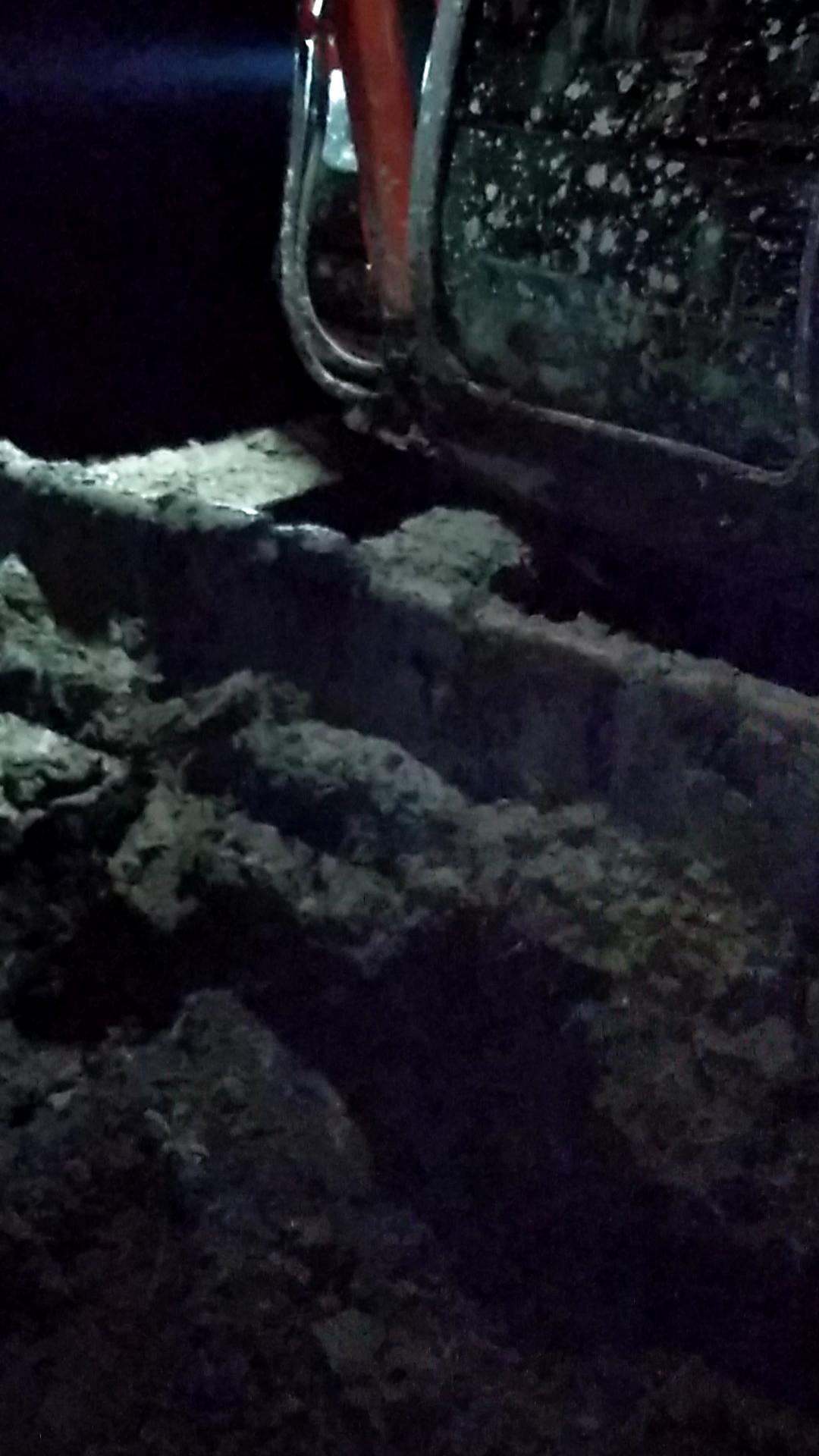 一个粗心 挖机掉进烂泥坑