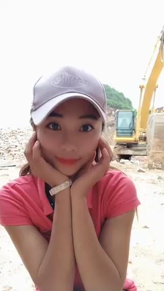 妹子坐上360挖机就好像无人驾驶[表情]