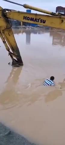 在南方开挖机你要是说你不会游泳,估计挖机老板都不会要你
