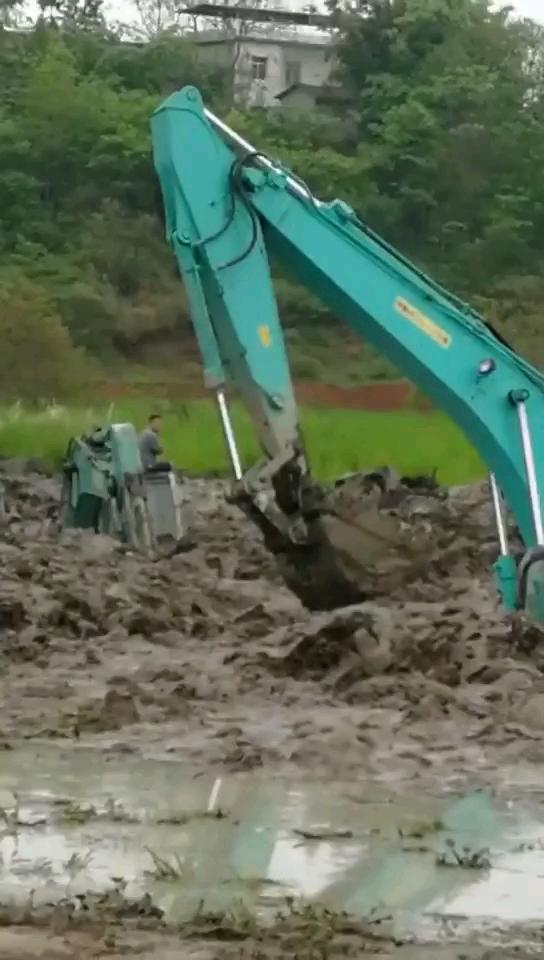【我要上头条】挖机在泥水中怎样作业……