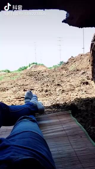 换场地了,中午休息,天为被,地为席,这就是奋斗得挖机人