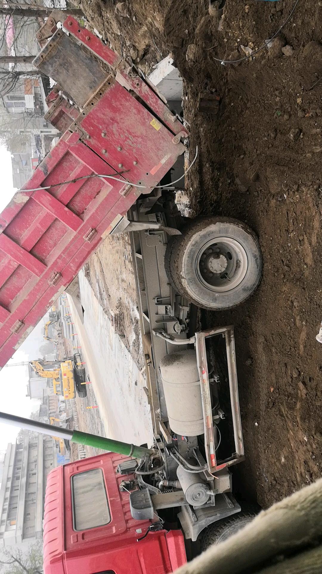 不推不拉,几斗土助力农用车脱坑。