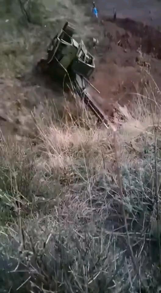 师傅操作失误,挖机滚下山崖…
