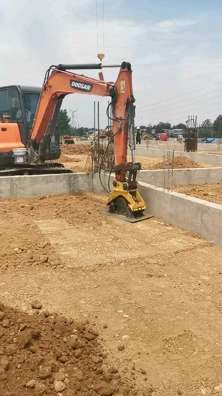 这一段全部承接的基础夯实业务、八台挖机两个工地同步进行