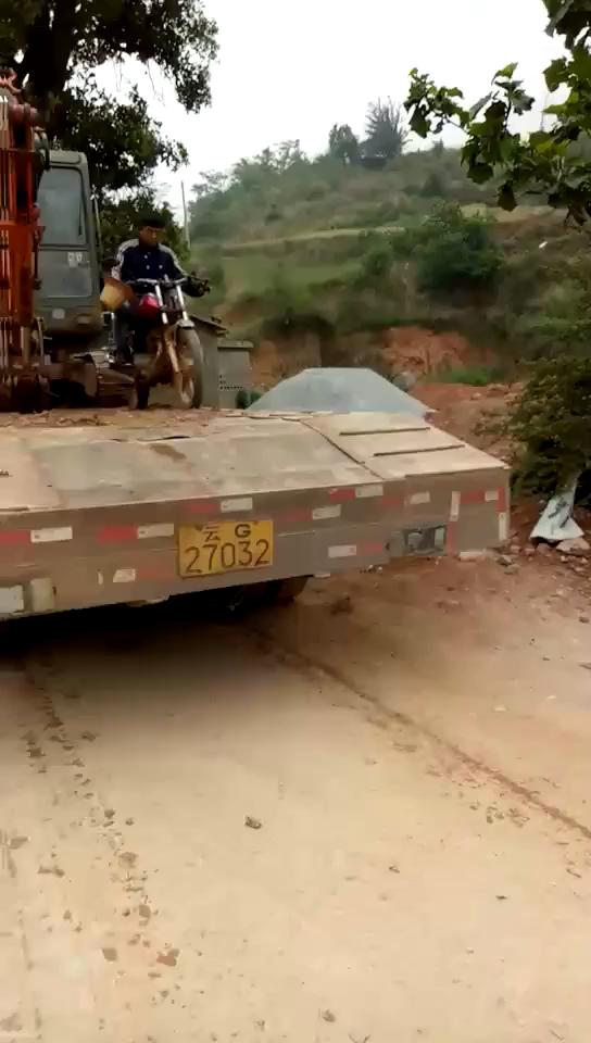 开摩托车下拖车 可这狗啃屎是啥意思?