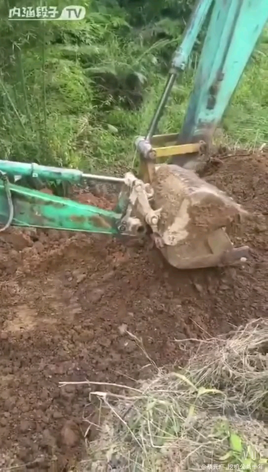 挖掘机掰手腕,你们猜谁赢了