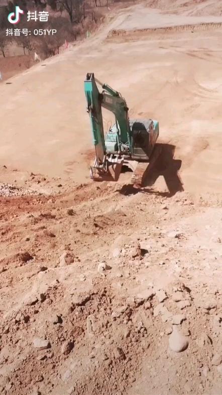 挖掘机如何上坡?