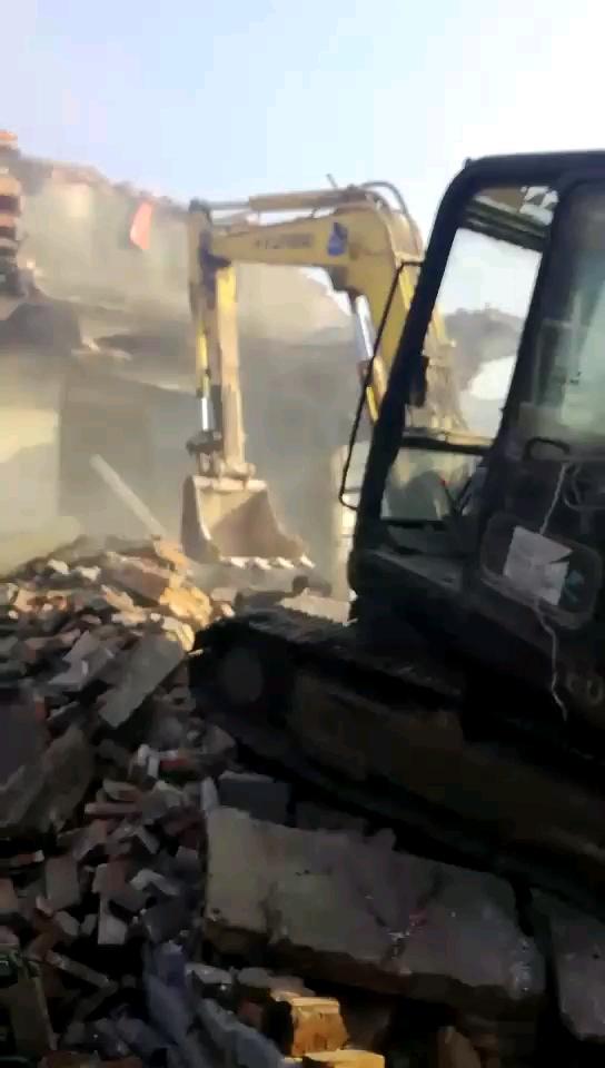 甲友们,挖掘机冒烟严重,这怎么回事
