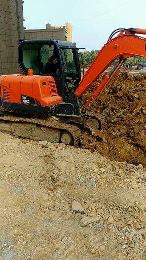 男人在家带孩子 女人下工地开挖机