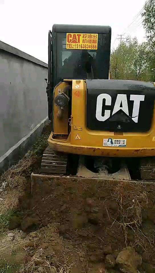 挖机被撞了,好惨。卡特305.5e