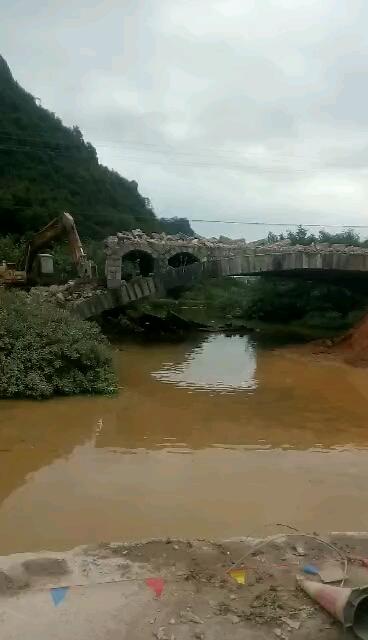 开现代225-7挖机拆破桥,宝骏车差点报废了!