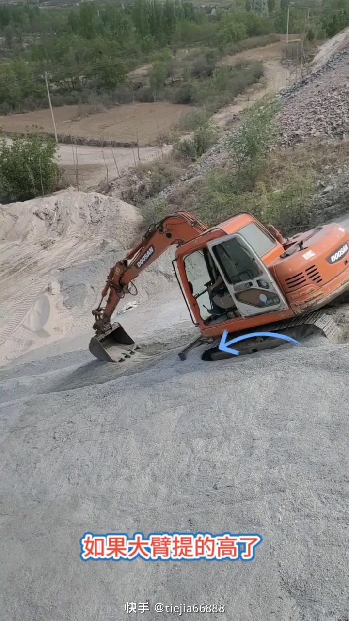 挖掘机下陡坡的注意事项