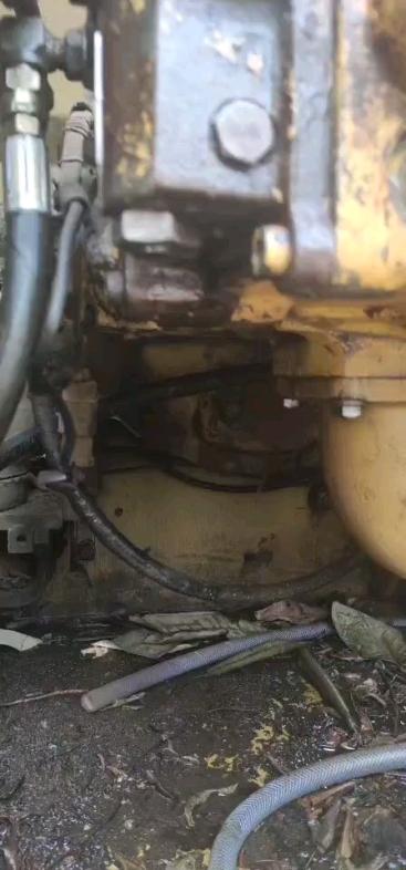 小松200-6小机头 提升器漏油自己换油封。好不好拆装