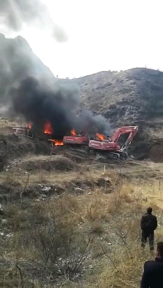 《火烧4台挖掘机》