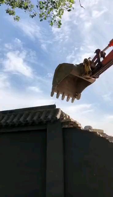 挖机技术哪家强?村口房顶战螳螂!