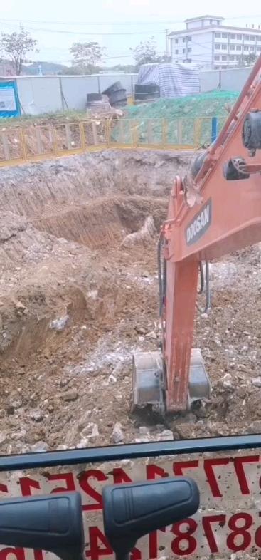 斗山150,挖坑运土