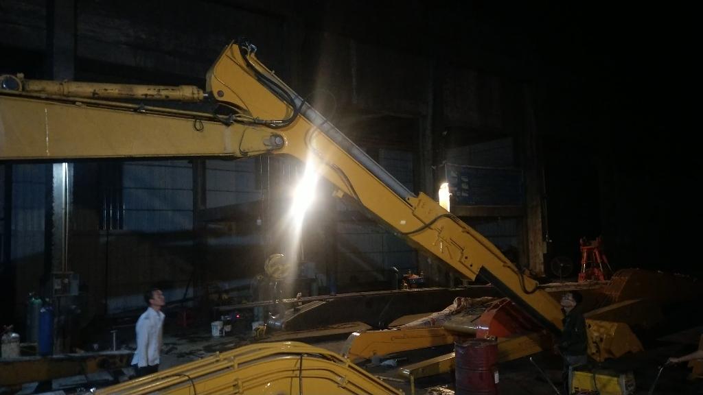 柳工220—10米滑臂连夜安装调试,专业,完美出厂