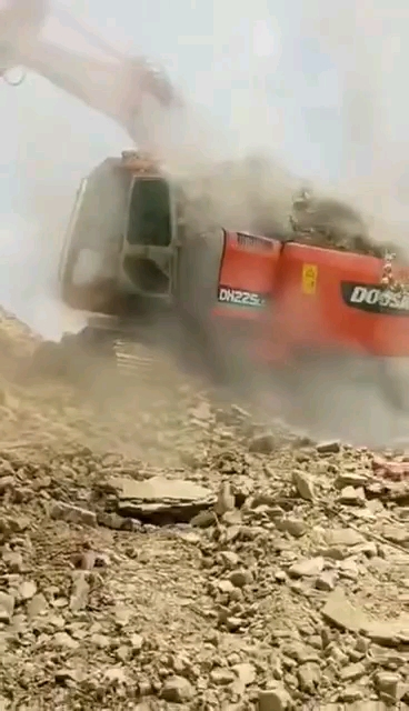 小松突然着火,旁边的挖机赶紧盖土