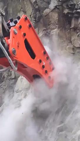 挖掘机工作视频,看看这个大型破碎锤工作现场