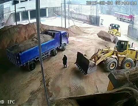 装载机铲人事故