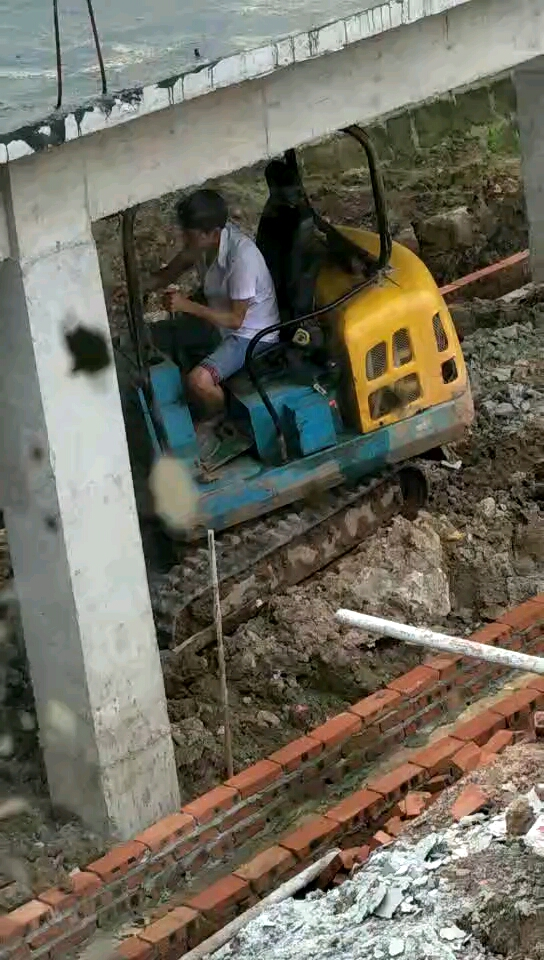 这个挖机开一天,手都怕要扳痛!像打太极样!