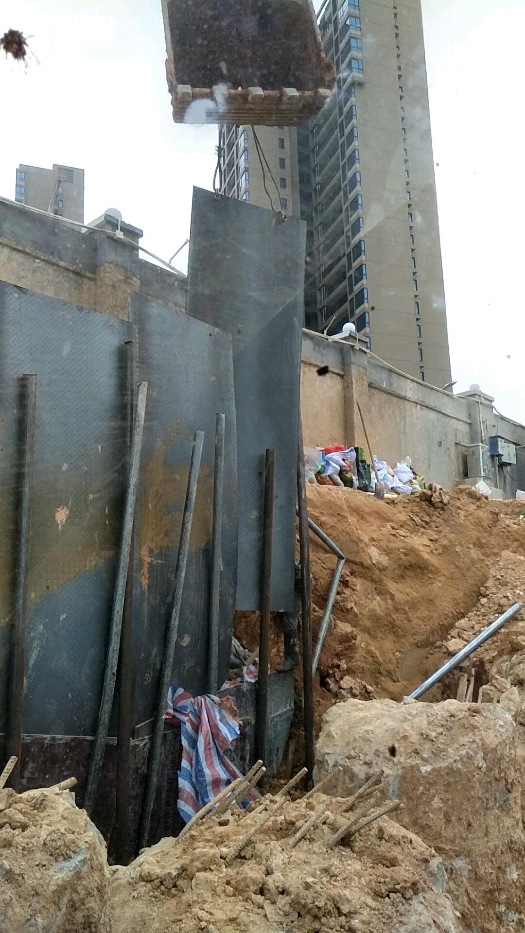围墙快塌了