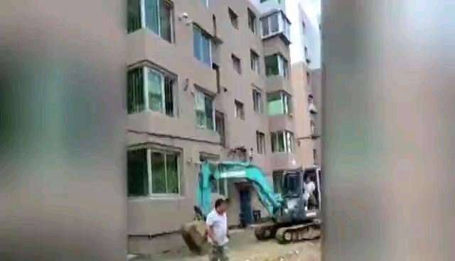 点赞!为救火,两位挖机司机挺身而出