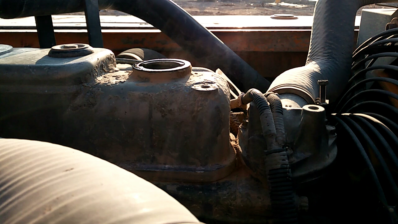 三一215发动机机油加注口冒烟