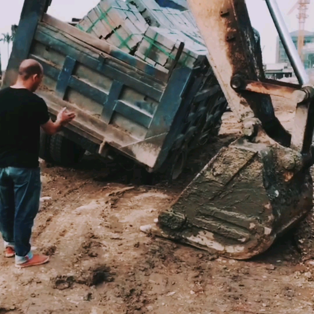 差一步、没看,就陷进泥潭;差一步,没挖机、就不能动弹