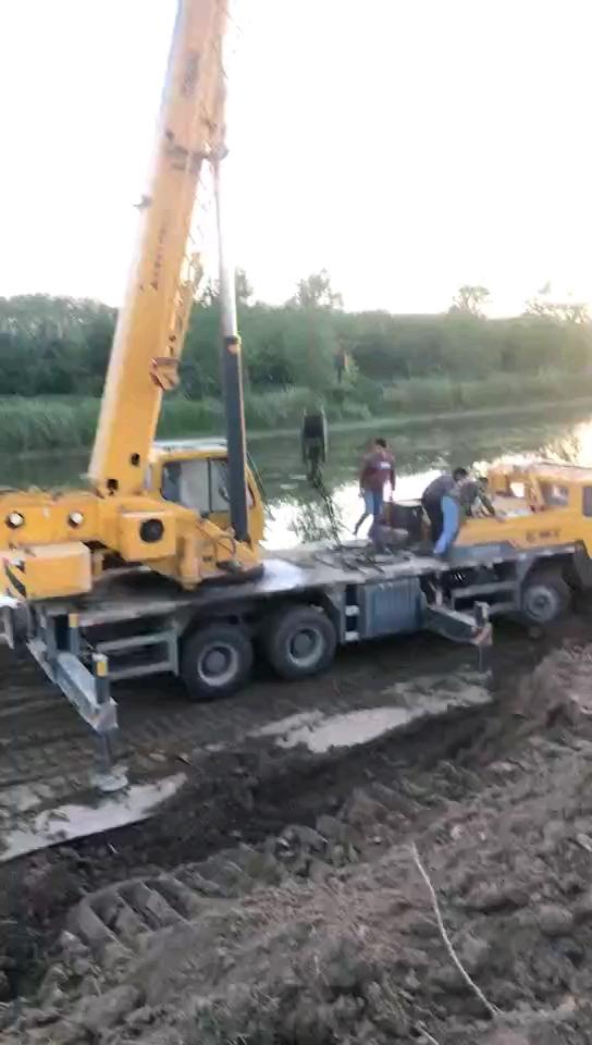 这是打捞视频……事发地南京叉河,天气热了,挖机想洗澡了[