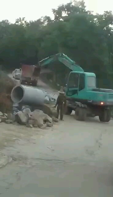 【安全事故】吊车不堪负重倒下,损失好几十万