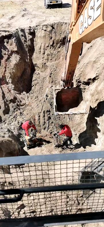 就为了找这根水管挖了这么大的坑!
