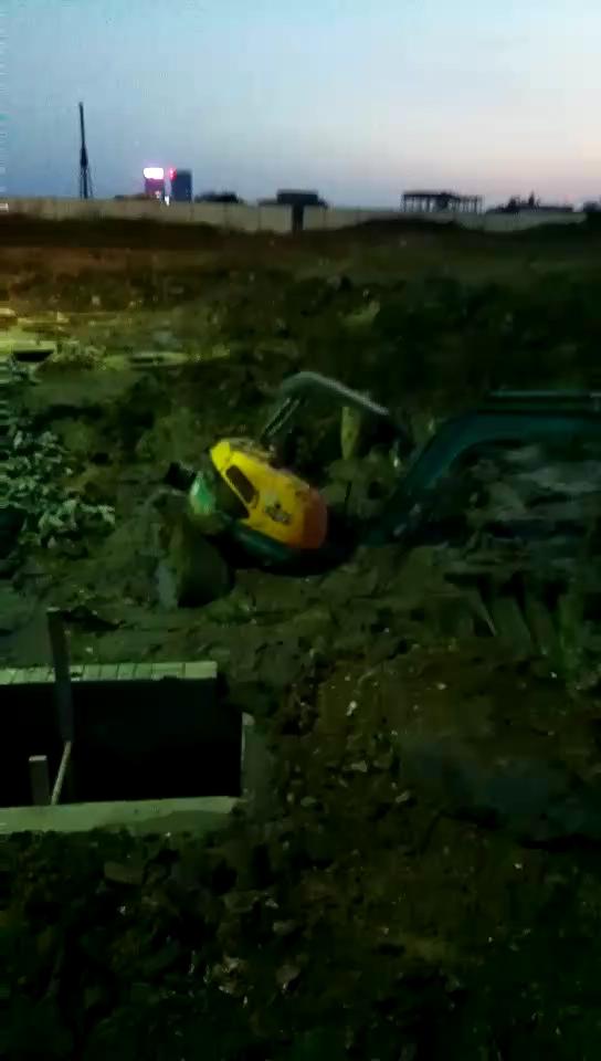 我的小挖司机陷进泥巴去了